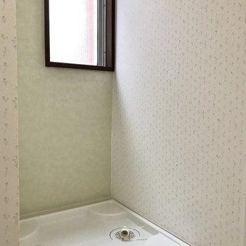 洗濯機上には小窓も。※写真は2階の反転間取り別部屋のものです
