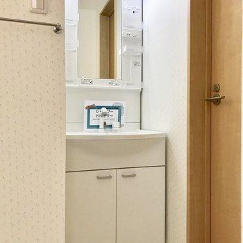 独立洗面台も。※写真は2階の反転間取り別部屋のものです