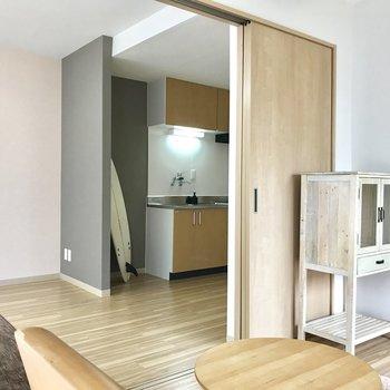 【洋室】リビングの方も見えます※写真は2階の反転間取り別部屋のものです