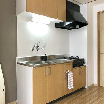 【LDK】キッチンはブラウンの色合い◯※写真は2階の反転間取り別部屋のものです