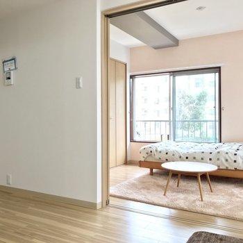 【LDK】空間が広がりますね!※写真の家具はサンプルです※写真は2階の反転間取り別部屋のものです