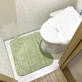 ウォシュレット付きのトイレ。※写真は2階の反転間取り別部屋のものです