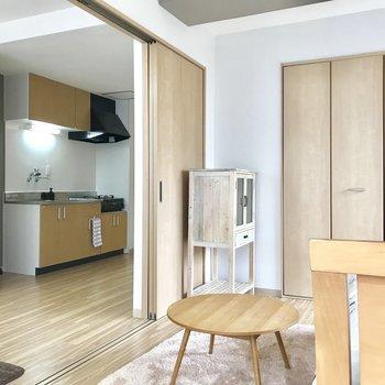 【洋室】開けると一つの空間になりますね〜※写真の家具はサンプルです※写真は2階の反転間取り別部屋のものです