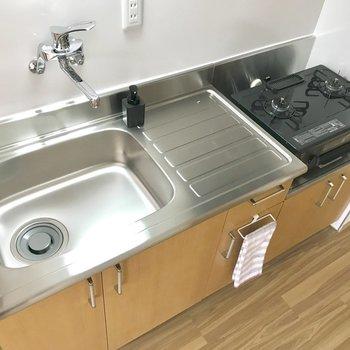 【LDK】2口コンロで料理もしやすく。※写真は2階の反転間取り別部屋のものです