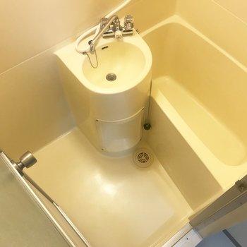 洗面台と浴槽が一体になった2点ユニットになります。