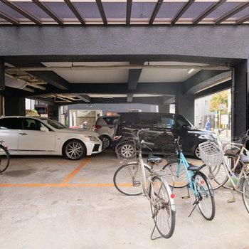 駐輪場、駐車場は屋根付き