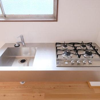 キッチンは贅沢な4口。背面にカウンターテーブルを置いて作業場を増やすといいかも