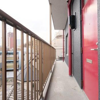 東側に階段上がって左側の入り口があります。なんと、ルーフバルコニーからここまでぐるっと回れます。