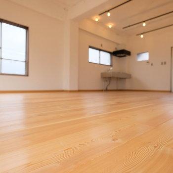 床は無垢床で、裸足で歩きたくなります。