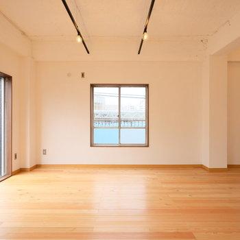よく考えてみると、このお部屋、4面採光です・・・