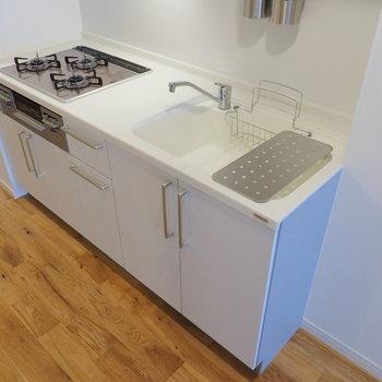 キッチンは交換して、3口のコンロ付きキッチンに!
