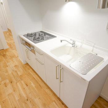 キッチンは交換して、3口のコンロ付きキッチンに!!※写真は同間取り203号室のものです