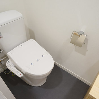 トイレも新しくなりますよ。ゆるい仕切がいいですね♪※写真は同間取り203号室のものです