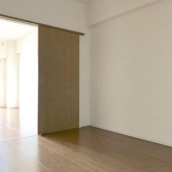 こっちは6.2帖の洋室。電気をつけないと暗いけどね。
