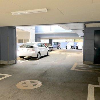 駐輪場と駐車場はマンションの1階部分にあります!