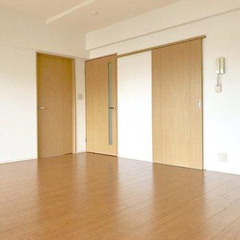 左から洋室、玄関、キッチンへと続く扉。