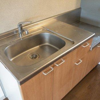 キッチンはシンクが大きくて使いやすそう。※写真は2階の同間取り別部屋のものです