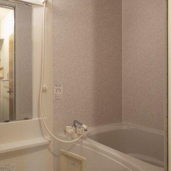 バスルームは鏡が大きいですね。※写真は2階の同間取り別部屋のものです