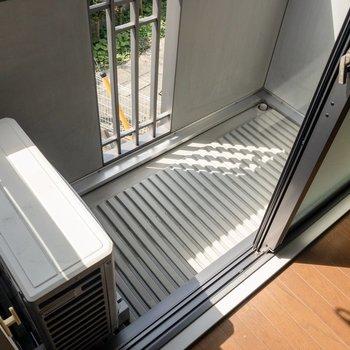 バルコニーはコンパクト。物干し受けがあります。※写真は2階の同間取り別部屋のものです