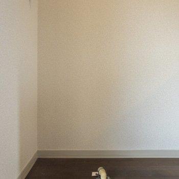 キッチン横には洗濯機置き場が。※写真は2階の同間取り別部屋のものです