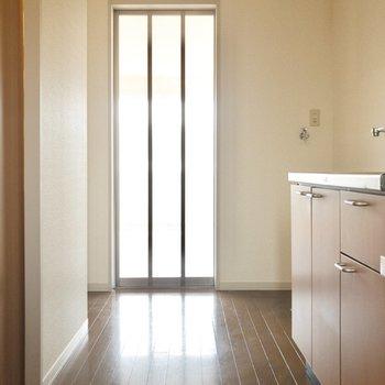 玄関前から洋室まで。右奥には洗濯機と冷蔵庫が置けます。※写真は2階の同間取り別部屋のものです