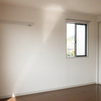 左側には長押フックが。ベッドはここに置きたいな。※写真は2階の同間取り別部屋のものです