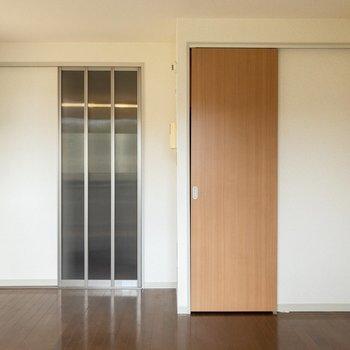すりガラス扉のおかげで、圧迫感を抑えた空間に。※写真は2階の同間取り別部屋のものです