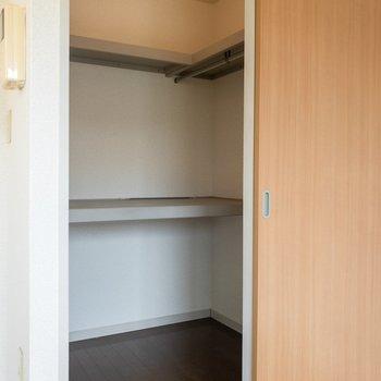 クローゼットの扉はかわいい木目調。※写真は2階の同間取り別部屋のものです