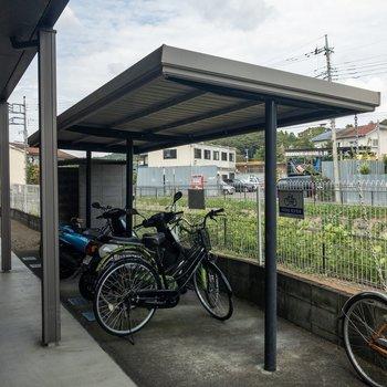 駐輪スペースにも屋根があります。