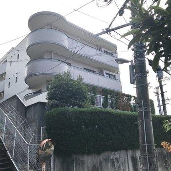 坂道に堂々と佇むマンション。