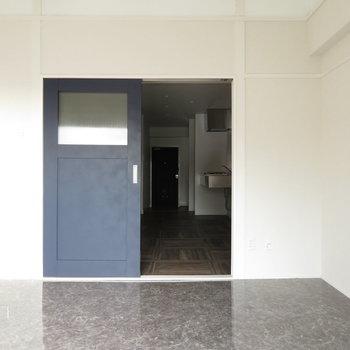 藍色の扉がアクセント