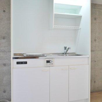 キッチンはIHの1口コンロ。※写真は同間取り別部屋のものです