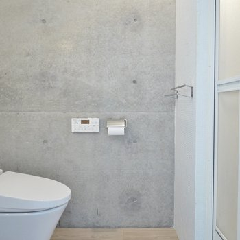 こっちはコンクリに洗浄便座リモコン。※写真は同間取り別部屋のものです