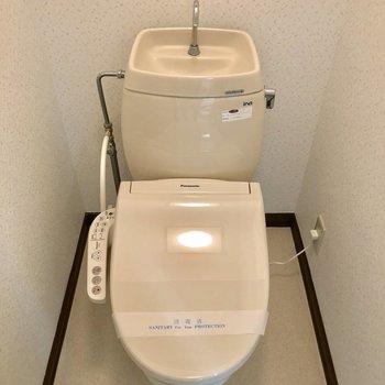 トイレはシンプルですが温水洗浄便座です!