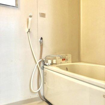 お風呂は鏡ついてますよ〜