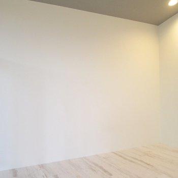 木の床と白い壁がやすらぎを与えてくれます◯