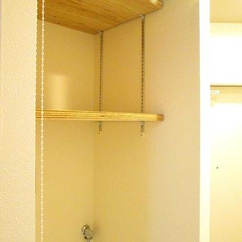 上には棚も。カーテンで隠すことも◯