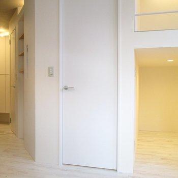 向かいの扉を開けると〜