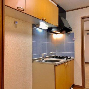 キッチンの横には冷蔵庫と洗濯機を置くスペースが あります