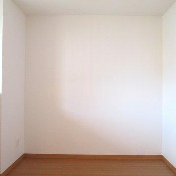 【洋室5.3帖】書斎としてのお部屋にもなりそう。こちら側に机など。