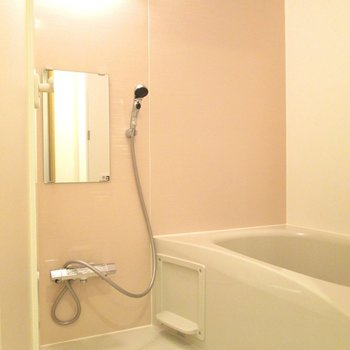 浴室もピンクでアクセント。