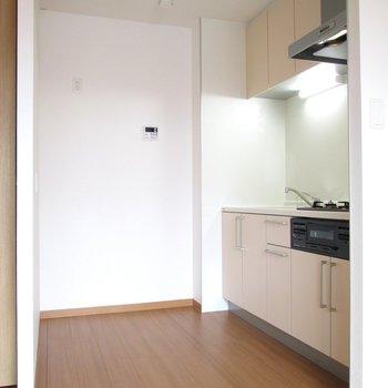 【LDK】キッチンは広く、冷蔵庫や食器棚も置けそう◎