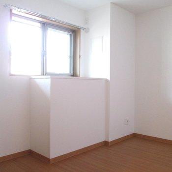 【洋室5.3帖】右は洋室がもう一つ。