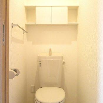 トイレは棚付きです。
