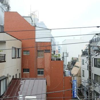 ちょうど目の前の建物、背が低い!※写真は4階の同間取り別部屋のものです