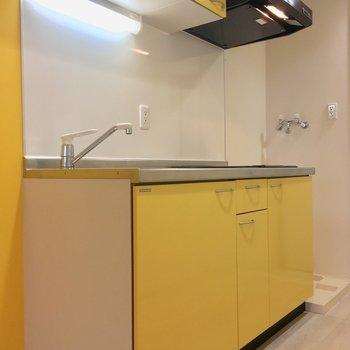 キッチンもイエローだよん。※写真は2階の同間取り別部屋のものです