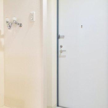 洗濯機置場は玄関に。※写真は2階の同間取り別部屋のものです