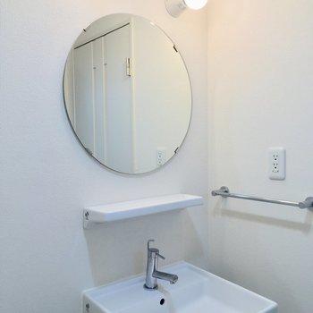 まんまる鏡が満月みたい。※写真は2階の同間取り別部屋のものです
