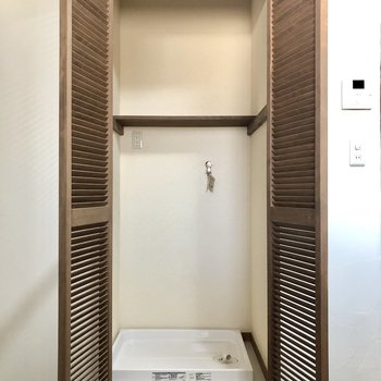 洗濯機置き場は扉で隠せます。