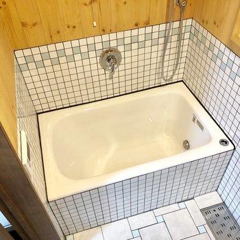 お風呂は追い炊き付き。タイルも可愛いですね〜!